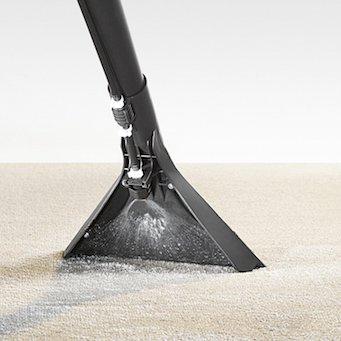 Sprühextraktionsgerät beim Teppichreinigen